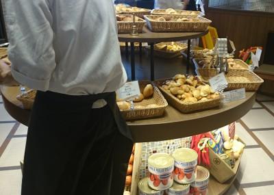 中央にパンがたくさんあります